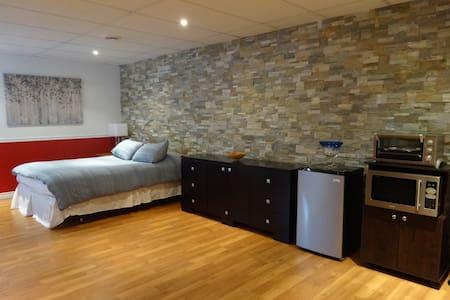Superbe suite tranquille avec salle de bain privée - Townhouse