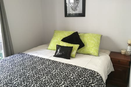 Comfortable private room, king bed - New Lambton Heights - Maison