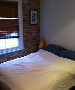 Double bed in small room within townhouse - Casa