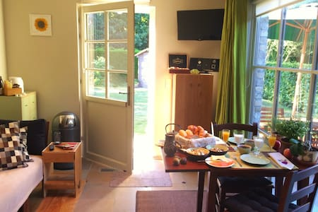 New 3-space 42m² lovely guesthouse, garden & bikes - Ház