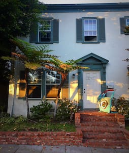 Artist Town House in Beverly Hills - Beverly Hills - Bed & Breakfast