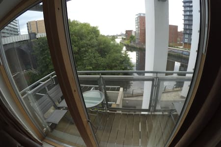 Quiet 2 bed river views parking - Manchester