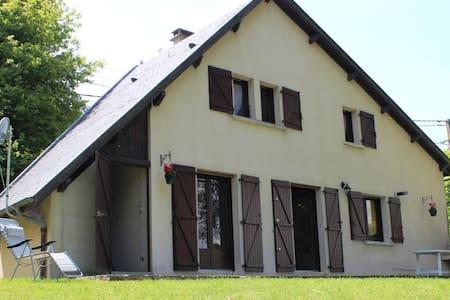 """Maison Lac de Pareloup, """"LES PIEDS DANS L'EAU"""" - Rumah"""