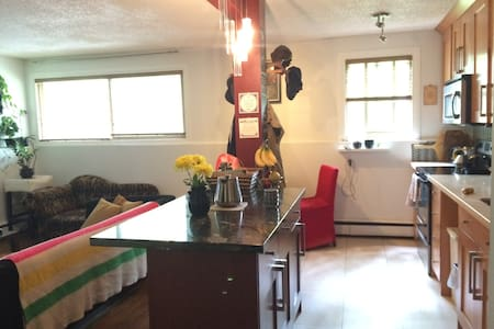 Minutes to downtown and sightseeing, relaxed&cozy! - Calgary - Apartment