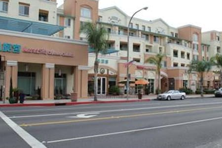 Awesome Condo in the Heart of Alhambra - Apartment