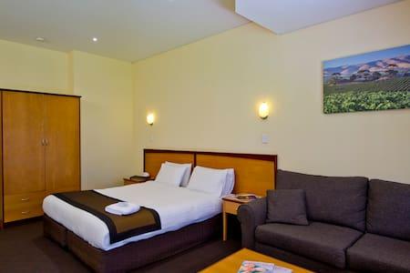 Winery Resort with Lake Views - Bed & Breakfast