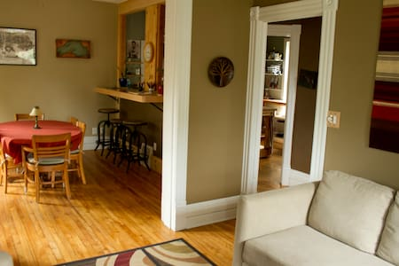 Live like a local in central MQT! - Marquette - House
