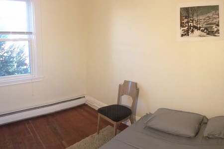 Cozy private room near Harvard/MIT w parking place - House