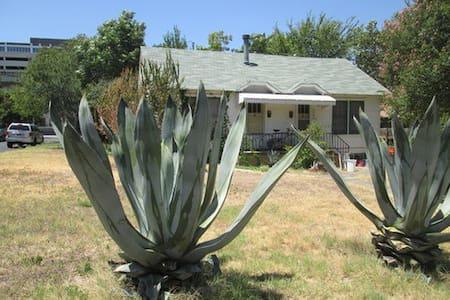 Sunny spacious East Austin duplex. - Austin - Haus