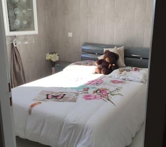 Chambre dans une maison chaleureuse - URT