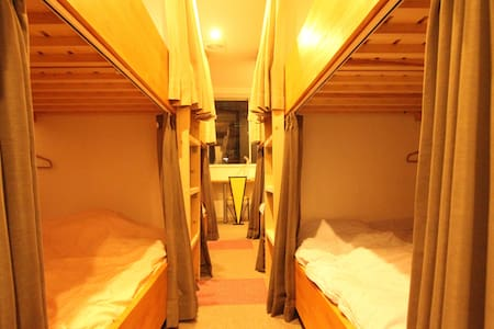 GREAT ACCESS & 8 INDIVIDUAL BEDS! - Andere