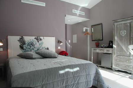 La Chambre Grise, terrasse et parking - Bed & Breakfast