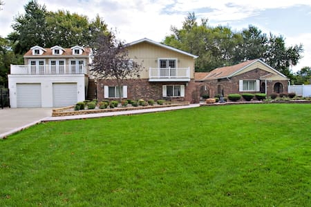 Beautiful Villa, 25 minutes from downtown Chicago - Villa