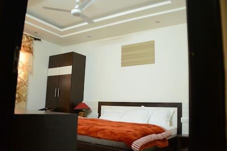 Private rooms .bnb . Close to metro - Nueva Delhi - Bed & Breakfast