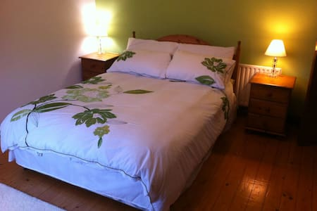 Double Bed in Home away from Home. - Kingscourt - Talo
