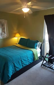 Clean Room, Friendly Hosts! - Condominium