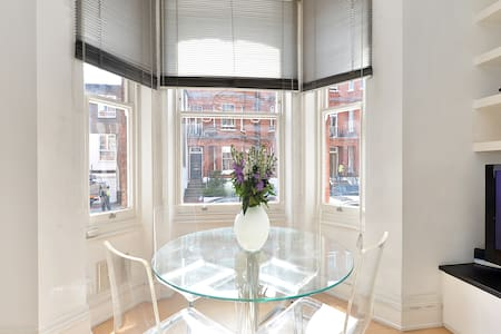 Fantastic One Bedroom (+great sofabed) Chelsea Apt - London - Apartment