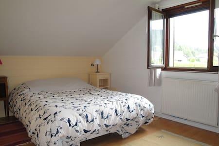 Chambre dans maison en lisière de forêt - Bed & Breakfast