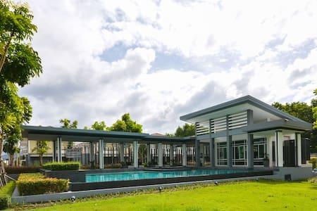 3BR Villa w/high speed wifi, gym, pool, garden - Phuket - Rumah
