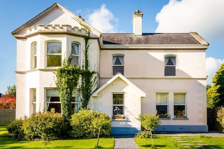 Banba House, 15 mins from Main Street Galway - House