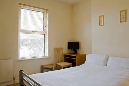 Double room (2) quiet area, parking - Maison