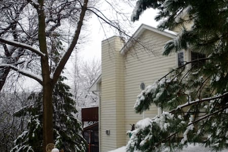 Close to everything. It's serene, cozy and private - Eden Prairie