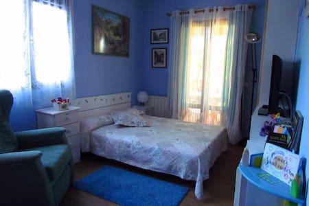 Habitación privada y baño, con acceso a jardin - Bungalo