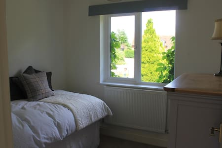 Single bedroom & guest bathroom near to Uttoxeter. - Hus