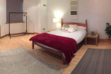 Huge Double Room + Wifi & Own Bath - Close To City - House