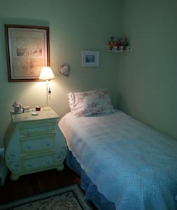 Bright and homey room walking distance to all! - Townhouse