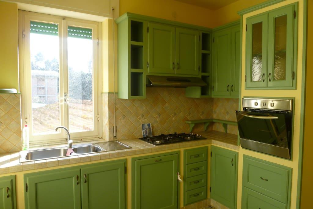 Cucina in muratura nuova con vista sulle colline