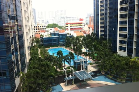 Spacious bedroom with private bathroom & city view - Singapore - Condominio