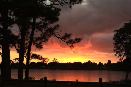 Lake, sunsets and trail just out the front door! - Lake Worth
