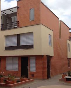 Casa de 3 niveles nueva y acogedora - Bogotá