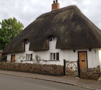 Grade ll listed thatched cottage - House