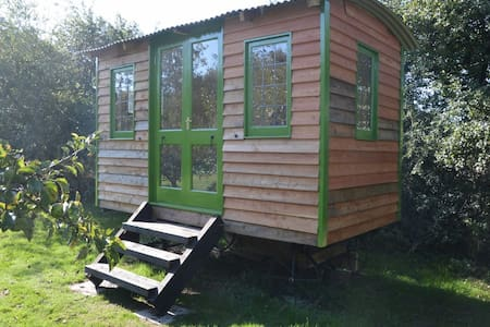 The Shepherd's Hut in the orchard, near Newtown - Newtown - Apartment