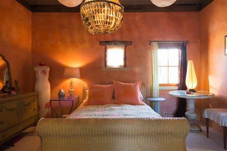 Colorful and Vibrant Fashion Studio - Sonoma - Casa