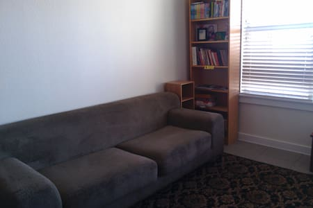 A comfortable couch in Austin... - Byt