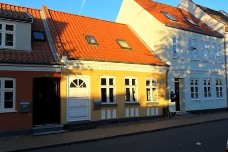 Charmerende nyrenoveret byhus - Casa a schiera
