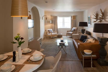 Light, modern 2 bedroom apartment
