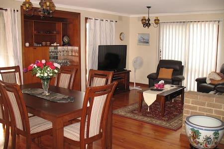 花园别墅,三卧室、2卫生间、客厅、饭厅、厨房、双车库;一间卧室出租。 - House