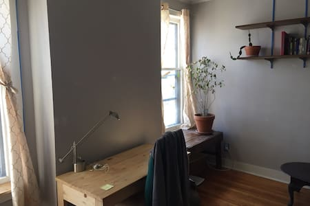 Big Quiet Bedroom Near Everything - Apartment