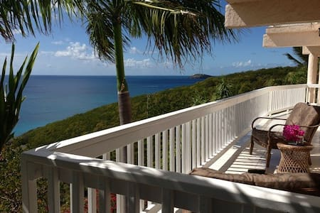 Villa Ocean Blue, Paradise Getaway Above the Beach - Southside - Lakás