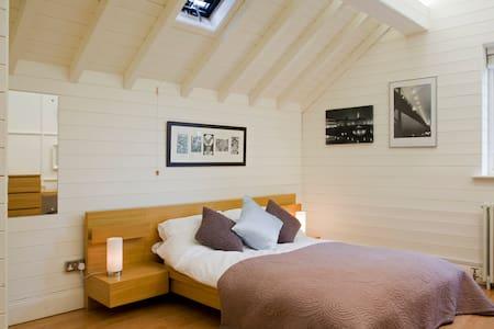 Stunning village loft accomodation - Burton-on-Trent