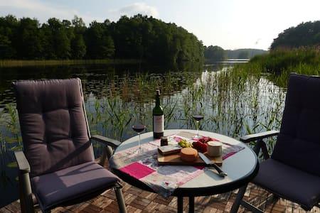 Komfortable Wohnung am See mit eigenem Steg - Appartement