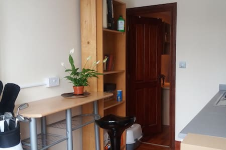 Cosy studio room with own amenities - House