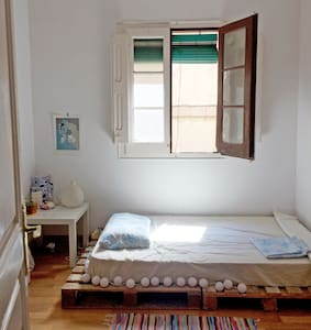 Simple room in a lovely district, Metro Urquinaona - Barcelona - Apartment