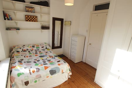 Quirky townhouse a stones throw from city centre. - Ringsend - Complexo de Casas