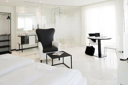 Suite in Thessoni home - Regensdorf - Pension