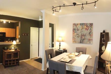 Luxury 2 Bedroom / 1 Bath Condo- Sleeps up to 6 - Társasház
